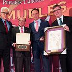 """El Premio """"SAMUELES"""" A la faena más completa ha sido para el diestro Miguel Ángel Perera. En su nombre ha recogido su apoderado, el torero Fernando Cepeda."""