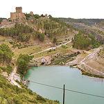 En la imagen, embalse y castillo de Alarcón, este último actual Parador Nacional de Turismo.