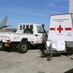 Las plantas potabilizadoras y los vehículos esperan en el aeropuerto de Getafe para ser cargados con destino a Kenia en un envío de ayuda realizado por la Junta de Comunidades el 12 de diciembre de 2006.