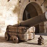 En la imagen, un cañón de épocas pasadas, situado en la Plaza de La Mancha, nos hace retroceder en el tiempo.