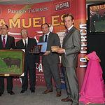 """""""El Pimpi"""" recibe en nombre de picador Juan Francisco Peña el IX Premio Samueles a la Mejor Suerte de Varas."""
