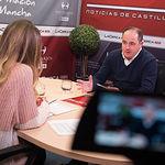 Emilio Sáez, candidato a la Secretaría General de la Agrupación Local PSOE Albacete, junto a la periodista Miriam Martínez