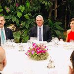 Sus Majestades los Reyes junto al Presidente de la República de Cuba durante la Cena Oficial de Bienvenida. Foto: Casa de S.M. el Rey