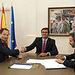 Romaní durante la firma con el Banco Santander (2). Foto: JCCM.