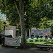 """En el Paseo del Prado de Madrid, frente al Ministerio de Sanidad y el Museo del Prado está asentado este campamento de personas en situación, según ellos mismos indican, de """"desamparo"""", en busca de un compromiso por parte de la Administración para acabar con este sinhogarismo."""