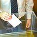 Imagen de archivo de un ciudadano ejerciendo su derecho al voto.
