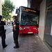 Un autobús urbano de Albacete se sube a la acera y acaba empotrado en un cajero automático de un banco. Foto: Manuel Lozano García / La Cerca