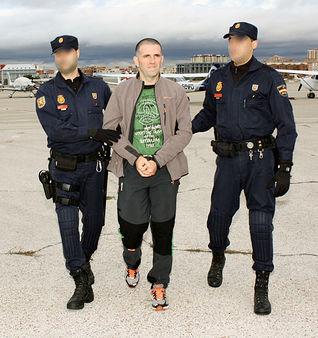 la polic a nacional traslada desde francia al miembro de