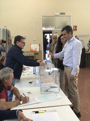 Antonio Román ejerce su derecho a voto. 26M.