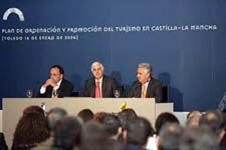 El presidente regional, José María Barreda, acompañado por el consejero de Industria y Tecnología, José Manuel Díaz-Salazar; y el presidente de CECAM, Jesús Barcenas (dcha).