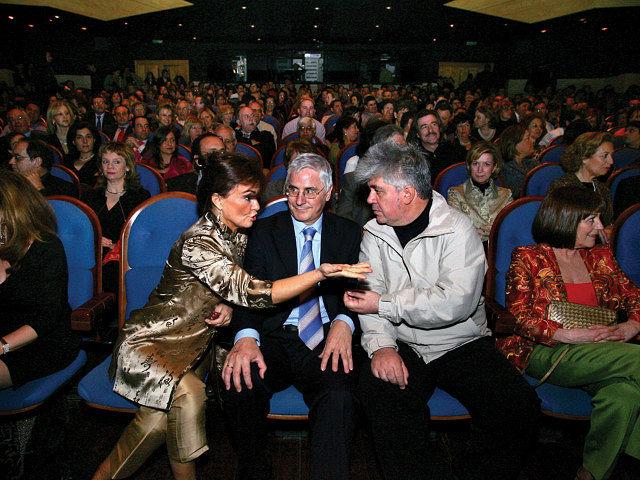 """De izquierda a derecha, Carmen Calvo, ministra de Cultura, José María Barreda, presidente de Castilla-La Mancha, y Pedro Almodóvar, conversando durante el estreno, en el Auditorio de Puertollano, de la película """"Volver"""", dirigida por este último."""