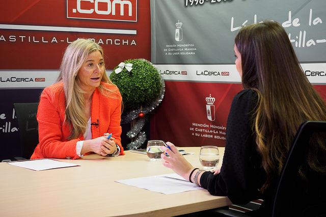 María Eugenia Cuartero Garrido, alcaldesa de Casas de Lázaro (Albacete), junto a la periodista Carmen García. Foto: Manuel Lozano Garcia / La Cerca
