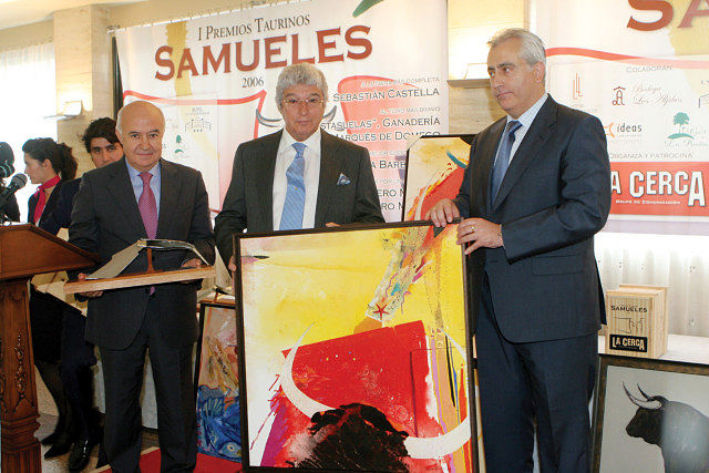 Luis Álvarez, apoderado de Sebastián Castella, recogió el Premio a la faena más completa en representación del torero.