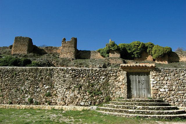 En las laderas de las montañas se pueden ver los restos del Castillo-Fortaleza, de origen islámico, y la antigua muralla.