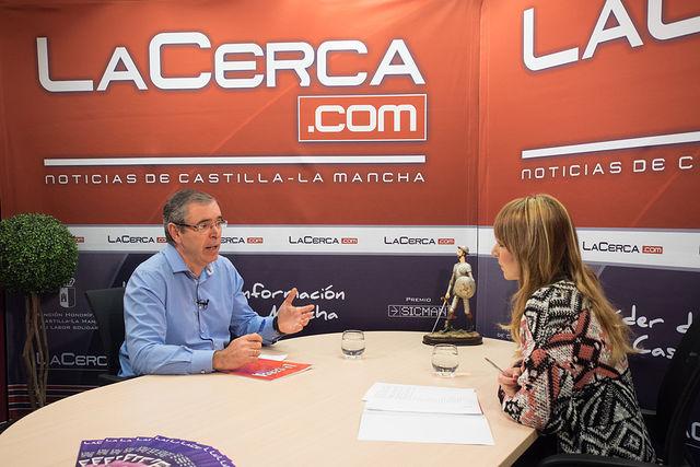 Vicente Aroca, cabeza de lista del Partido Popular al Senado por Albacete, junto a la periodista Miriam Martínez.