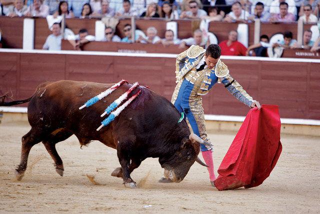 """José María Manzanares, Premio a la Faena más Completa, en un lance al toro """"Improductivo"""" en la Feria de Albacete"""