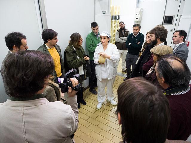 Dehesa de los Llanos muestra a los invitados del Círculo Fortuny su quesería