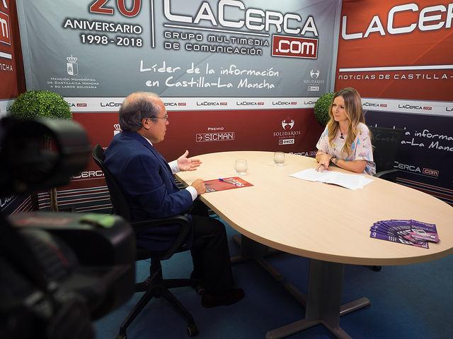 Javier López-Galiacho, presidente de AMIThE, junto a la periodista Miriam Martínez