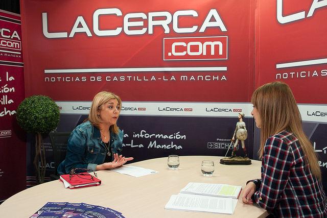 Toñi Pastrana, presidenta de la Asociación de Mujeres Empresarias de Albacete y Provincia (AMEPAP), junto a la periodista Miriam Martínez durante la entrevista.