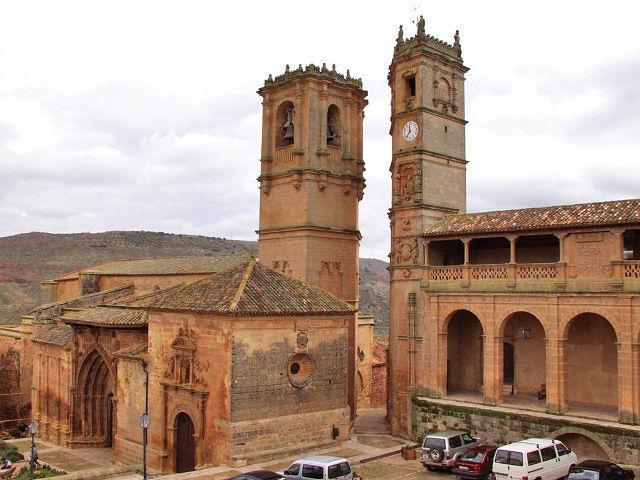 De izquierda a derecha, las Torres de La Trinidad y de El Tardón, en la Plaza Mayor de Alcaraz.