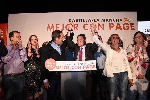 El presidente de Castilla-La Mancha y candidato a la reelección, Emiliano García-Page, celebra el resultado de los comicios autonómicos en los que el PSCM-PSOE, ha obtenido mayoría absoluta. (Fotos: José Ramón Márquez // PSCM-PSOE)