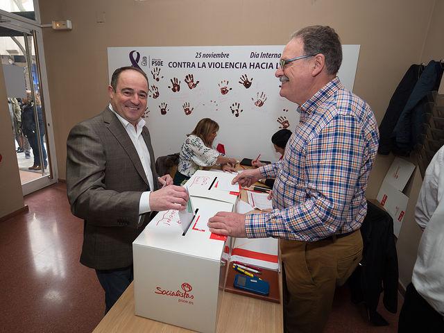 El candidato a la secretaría general de la Agrupación Local del PSOE de Albacete, Emilio Sáez, durante la votación.