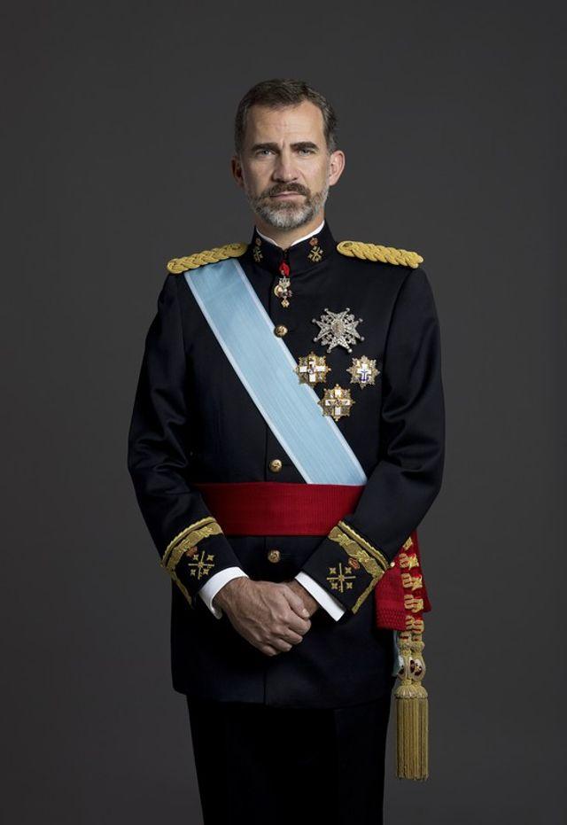 Su Majestad el Rey Don Felipe VI con uniforme de gran etiqueta de Capitán General del Ejército de Tierra. Foto de Casa Real. © Casa de S.M. el Rey / Gorka Lejarcegi.