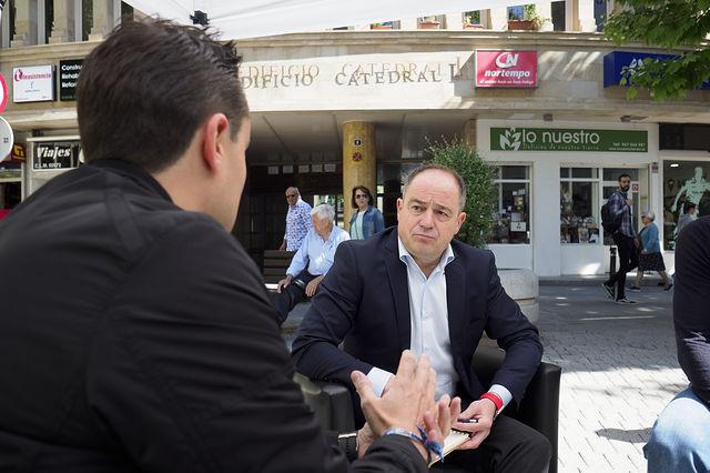 """Emilio Saez, candidato a la alcaldía de Albacete por el PSOE, saca el """"Despacho de la Alcaldía"""" a la Plaza de la Constitución"""