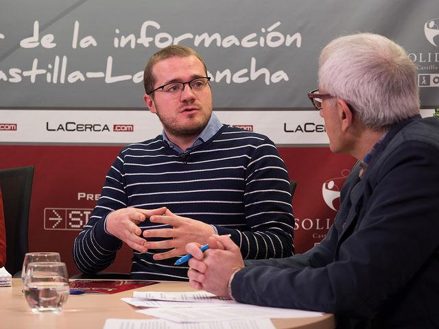 """Manuel Martínez, miembro de la asociación \""""Hombres por la Igualdad\"""" y Manuel Lozano Serna, director del Grupo Multimedia de Comunicación La Cerca."""