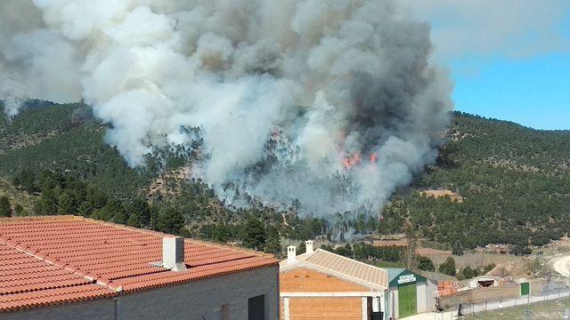 Incendio forestal en Paterna del Madera. Foto: Twitter @Arensy_Suca