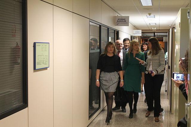 La consejera de Fomento visita la oficina de intermediación hipotecaria de Albacete. Foto: JCCM.