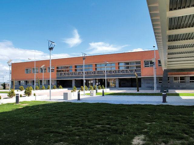 De manera provisional, la Unidad de Investigación Oncológica de la AECC está situada en la Facultad de Medicina.
