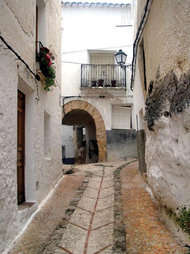 Calle típica de Letur con sus arcos y portalicos. Placeta del Alto.
