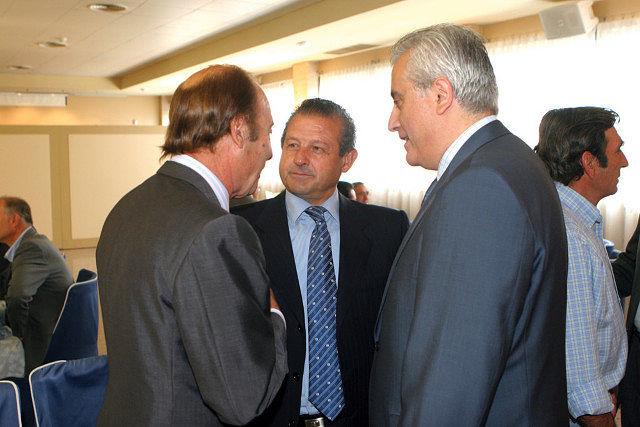 Juan Ruiz Palomares, apoderado de Enrique Ponce (c.), junto a Samuel Flores y Manuel Lozano.