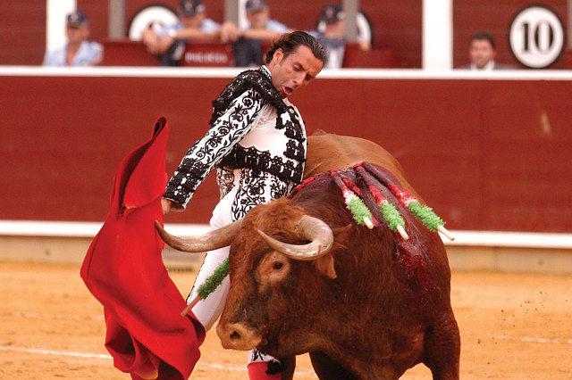 Manuel Amador se ciñe a uno de sus toros en la Feria de Albacete 2004. Foto: La Mancha Press.