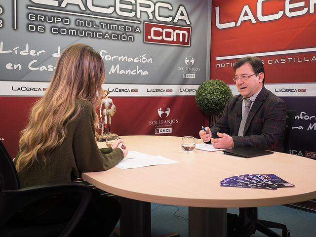Francisco Molinero, diputado nacional del PP por Albacete, junto a la periodista Miriam Martínez