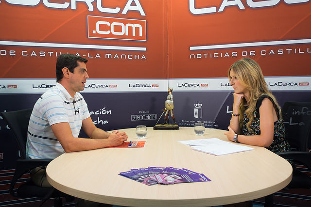 Javier Cuenca, alcalde de Albacete, junto a la periodista Miriam Martínez.