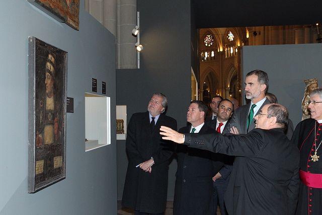 Don Felipe durante el recorrido por la exposición