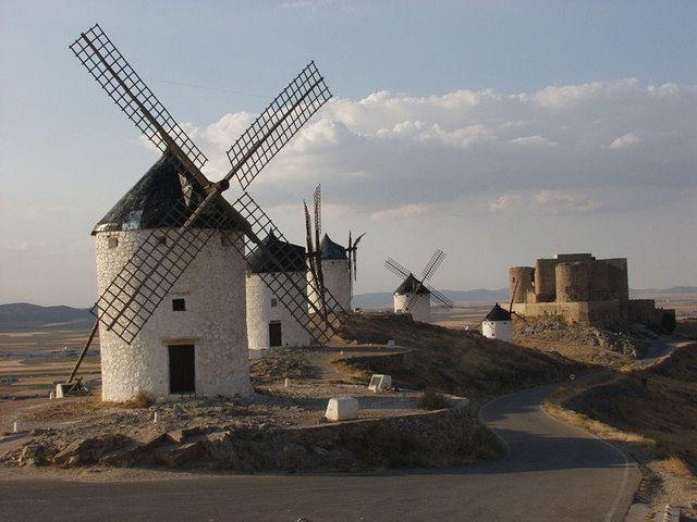 El Plan Estratégico de Turismo 2010-2014 de Castilla-La Mancha cuenta con un presupuesto de más de 235 millones de euros. En la imagen, molinos en la ciudad de Consuegra, en la provincia de Toledo, imagen típica de la Región.