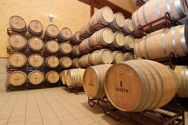 Sala de barricas de Bodega Iniesta.