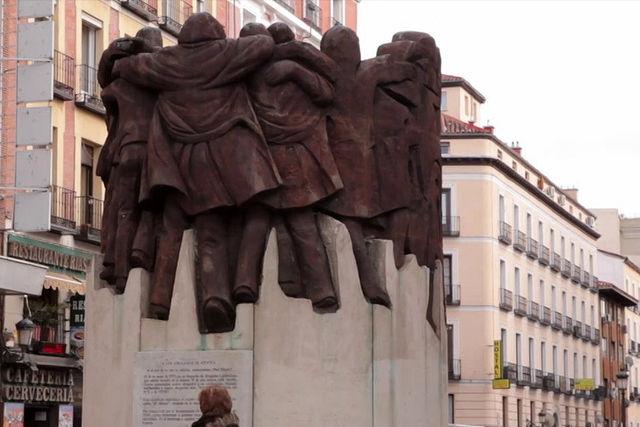 """Monumento """"El abrazo"""" de Juan Genovés en conmemoración de los abogados laboralistas. Plaza de Antón Martín, Madrid"""