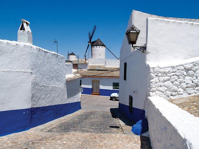Calle típica, con casas populares encaladas y estrechas calles, en el Albaicín de Campo de Criptana.