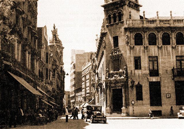 Antiguo edificio del Banco Central (demolido) en la calle del Marqués de Molins, enfrente, el edificio del Gran Hotel.