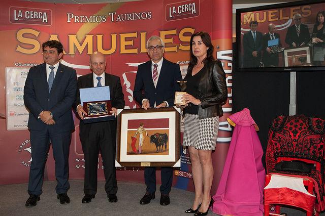 Manuel Lozano, director del Grupo Multimedia de Comunicación La Cerca, recibe en nombre del El Juli el IX Premio Samueles a la Faena más Completa.