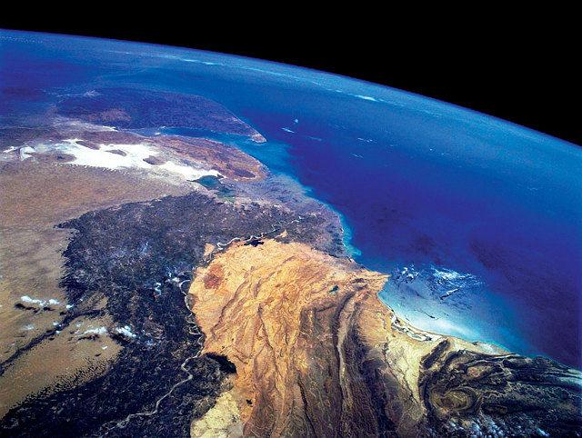 El hidrógeno, a pesar de ser el elemento más abundante del planeta, no se encuentra en estado libre, sino que aparece asociado formando moléculas más grandes, por ejemplo, en el agua. Foto: Vista espacial del planeta Tierra.