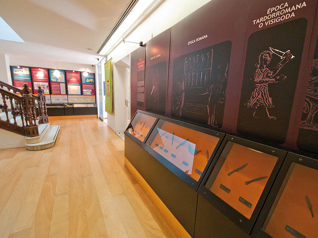 Imagen de una de las salas del Museo de la Cuchillería de Albacete con algunas de las piezas donadas por Jesús Vico.