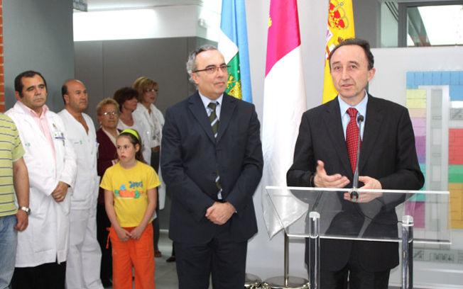 El consejero de Salud y Bienestar Social, Fernando Lamata, y el director gerente del Hospital de Hellín durante la inauguración del nuevo Pabellón de Consultas Externas y Gabinetes Funcionales.