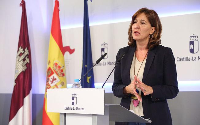 La consejera de Igualdad y portavoz del Gobierno regional, Blanca Fernández, informa de los acuerdos aprobados en el Consejo de Gobierno, en el Palacio de Fuensalida. (Foto: Álvaro Ruiz // JCCM).