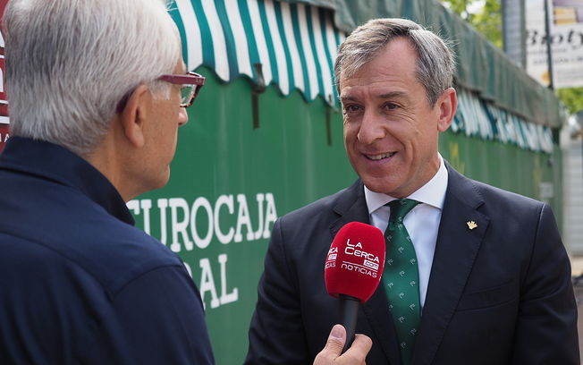 Manuel Lozano Serna (i), durante la enntrevista a Javier López Martínez, presidente de Eurocaja Rural, en la Caseta