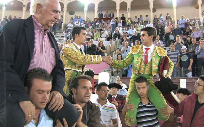 Los novilleros José María Arenas y Cristian Escribano, junto al ganadero Pedro Martínez Pedrés, a hombros en la última de abono de la Feria Taurina de Albacete.